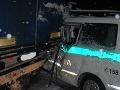 Policajt sa plne nevenoval riadeniu: Napálil do do návesu!