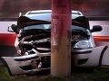 Opitý šofér (34) sa s tým nepáral: Vrazil do stĺpu a ušiel