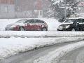 Za volantom zvýšte opatrnosť: Sneh opäť spôsobuje problémy na cestách!