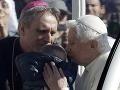 Dojímavá rozlúčka pápeža Benedikta XVI vo Vatikáne: Bozkával deti z davu!
