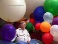 Julius (62) miluje balóniky, pri ich hladení má erekciu!