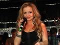 Speváčka LeRa sa na párty obliekla do čiernych minišiat.