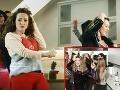 Dominika Mirgová napodobnila napríklad aj kuchynskú scénu z klipu Nicoly Roberts.