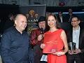 Jozefa Oklamčáka prišla pozdraviť aj jedna z najkrajších modeliek sveta, ktorá získala minulý rok v Číne titul III. vicemiss Model of the world, Martina Stupaková, na zábere spolu s Romanom Oklamčákom (vpravo). synom organizátora párty.