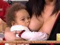 Malá Sarah si nerušene pochutnávala na materskom mlieku.