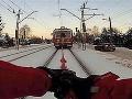 Zima v Poľsku: Chlapec sa lyžuje pripútaný lanom k vlaku!