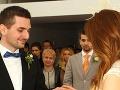 Mladomanželia pri výmene svadobných obrúčok.