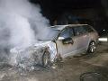 Nočný zásah hasičov pri Piešťanoch, horelo luxusné Audi