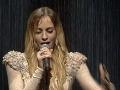 Diváci si prišli na svoje. Priamy prenos bol totiž plný efektných momentov. Jedným takým bolo aj vystúpenie Márie Čírovej, ktoré navodzovalo dojem akoby spievala v daždi.