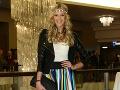 Moderátorka Fashion TV Mária Zelinová sa obliekla do takéhoto farebného outfitu.