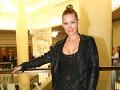 Jojkárka Erika Barkolová si obliekla vybíjané minišaty a koženú bundu.