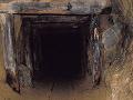 Zával v bani usmrtil vyše 100 baníkov, záchranárov pochovala zem