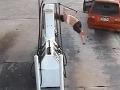 Nemotorná zlodejka (20) kradla na pumpe benzín: Zalietala si ako bábika!