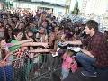 Martin Šafařík rozdával svoje podpiskarty aj do davu fanúšikov.