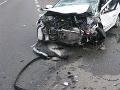 Autonehoda pri Bratislave: Vodič (76) zišiel z cesty, nabúral a prevrátil sa