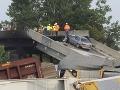 Horiaci vlak strhol oporný pilier mosta: Práve po ňom prechádzali autá
