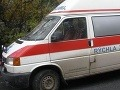 Vodič osobného auta nezvládol zákrutu, zrazil sa so sanitkou