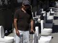Protest cyperského umelca: Pred národnou bankou rozmiestnil záchody!