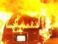 Hasiči zasahovali na Tomášikovej: V garáži horelo auto