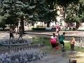 Letné osvieženie: Rodinka sa vykúpala priamo v košickej hrajúcej fontáne!