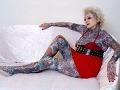 Babka (77) drsňáčkou: Hlavu si nechala potetovať penismi