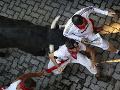 Dráma na behu s býkmi: Dvoch bežcov takmer napichli na rohy