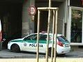 Dopravná značka iba na okrasu: Skratkou cez zákaz chytené tri policajné autá za 7 minút!