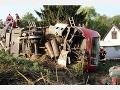 Pri zrážke s autom sa vykoľajil regionálny vlak: Zastavil pri rodinom dome
