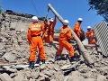 Záchranári prehľadávajú sutiny po