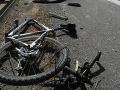 Cyklista upadol po zrážke s autom do bezvedomia
