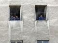 Väzňom siahnu na imidž: Náušnice a iné piercingy budú musieť ísť dolu
