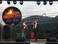 Počas piatkového večera mali všetci účinkujúci na Muzikálovom festivale v Brusne, ktorého sa mal zúčastniť aj Jozef Bednárik, biely šál na jeho počesť.