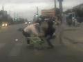Opitý motorkár vpálil do kočíka s dieťaťom: Chcel prejsť na červenú!