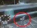 VIDEO Milimetre od smrti: Hlúpu cyklistku takmer rozsekal vlak na priecestí!