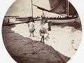 Deti sa hrajú pri mori, cca 1890.