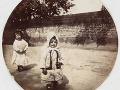 Dve malé dievčatá, asi 1890.