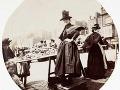 Žena pri stánku na trhovisku, okolo roku 1890.
