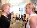Plastiková Nicole Kidman vyzerá od Charlize Theron podstatne staršie než o osem rokov.