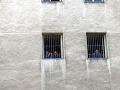 Dozorcovia v košickej väznici pri cvičení ponižovali odsúdených