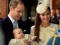 Princ George na krste v čipkovaných šatách: Dokonalý kráľovský pokerface bez emócií!