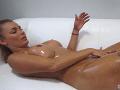 Nikola Štefanková sa podobne ako ostatné dve dievčatá na soft pornovideu natierala olejčekom.