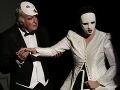 Herci prednášajú niektoré repliky v maskách.