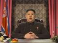 Kim Čong-un natočil reklamu na hamburgery a vystupuje na večierkoch