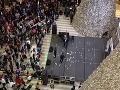 Muž rozhádzal po obchodnom centre stovky dolárov: Poznáme jeho dôvody