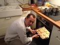 Varíme vianočné špeciality s poslancami: Procházka pripravuje zemiakový šalát!