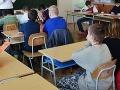 Ranná nehoda v Zlatých Moravciach: Školák (13) vbehol priamo pod kolesá autobusu