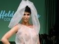 Kontroverzná modelka vo svadobných šatách: Veď jej vidno nahé silikóny!