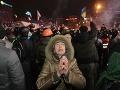 Násilné protesty pokračujú: Tisíce demonštrantov zostali v noci v uliciach Kyjeva