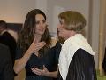 Kate Middleton v náruživom rozhovore s umeleckým transvestitom Graysonom Perrym.