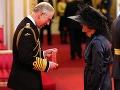 Transvestita Grayson Perry v dámskom kostýme a klobúku pred Princom Charlesom
